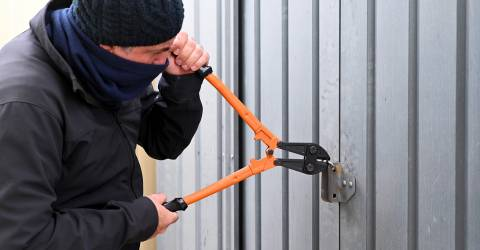 Inbreker die in een garage breekt